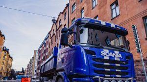 Scanian sininen rekka ja kerrostaloja