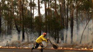 Palomies sammutti maastopaloa Ulladullan lähellä Uudessa Etelä-Walesissa 5. tammikuuta.