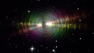 Kirkas tähtisumu tähtien täplittämässä avaruudessa.
