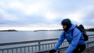 Pyöräilijä Lauttasaaren sillalla Helsingissä.
