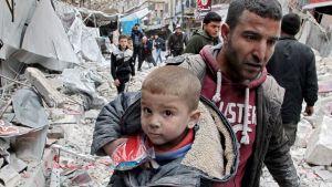 Syyrialaispoika evakuoitiin Arihan kaupungissa 15. tammikuuta.