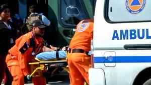 Lahko uhriksi joutunutta siirretään ambulanssiin.
