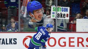 Jake Virtanen luistelee.