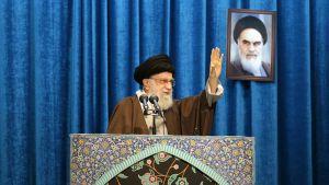 Ajatollah Ali Khamenei johtamassa rukousta