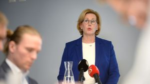 Työministeri Tuula Haatainen kertoi työllisyystoimien valmisteluista toimittajatapaamisessa Helsingissä perjantaina