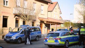 Poliisit tutkivat rikospaikkaa Saksan Rot am Seessä.