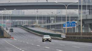 Tyhjä valtatie Wuhanissa 25. tammikuuta 2020.