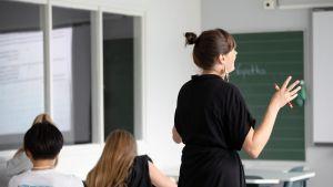 Äidinkielen opiskelua peruskoulussa.