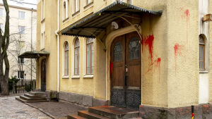 Turun synagoogan maalilla sotkettu seinä ja ovi.