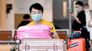 Hengityssuojaimeen pukeutunut mies Brisbanen kansainvälisellä lentokentällä Australiassa.
