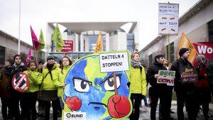 Datteln 4 -voimalaa vastustava mielenosoitus liittokanslerin viraston edustalla Berliinissä 29. tammikuuta.