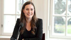 Pääministeri Sanna Marin ennen Ylen Pääministerin haastattelutunnin lähetystä pääministerin virka-asunnolla Kesärannassa Helsingissä 2. helmikuuta.
