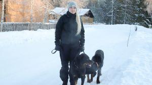 Paperiprosessihoitaja Marjo Nousiainen ja hänen kaksi Rottweileriä