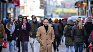 Rachid Moutiq seisoo keskellä katua pysähtyneenä.