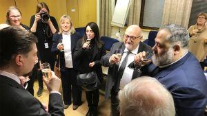 Italialaiset rahoittajat ja Mänttä-Vilppulan päättäjät nostavat maljoja.