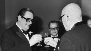 Päivälehti - Helsingin Sanomat vietti 90-vuotisjuhliaan Finlandia-talossa. Kuvassa skoolaavat Aatos Erkko ja presidentti Urho Kekkonen, keskellä päätoimittaja Heikki Tikkanen.