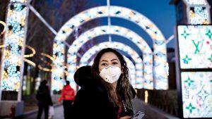 Kasvosuojaimen hengitysteidensä päälle asettanut nainen Pekingissä 29. tammikuuta 2020.