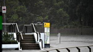 Australian Sydneyssä satoi rankasti 7. helmikuuta 2020. Kävelyreitti on peittynyt veteen.