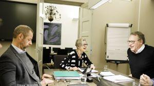 Jyrki Hollmen, Vuokko Piekkala ja Petri Vanhala valtakunnansovittelijan toimistolla Helsingissä.