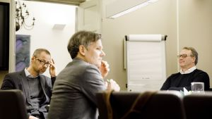 Metsäteollisuus ry:n työmarkkinajohtaja Jyrki Hollmen(vas.) ja Paperiliiton puheenjohtaja Petri Vanhala valtakunnansovittelijan toimistolla Helsingissä.