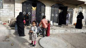 Jemniläisiä siviilejä tilapäismajoituksen edustalla Sanaassa.