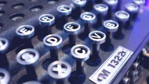 Kuvassa on lähikuva Enigma- koodisalauslaitteen M1322 näppäimistöstä. Näppäimistöstä katoaa satunnaisesti merkkejä.