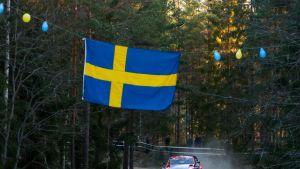 Lumisista olosuhteista ei tänä vuonna ole Ruotsissa juuri tietoakaan. Tässä tyylinäytettä testierikoiskokeella antaa Monte Carlon avauskisan voittanut Hyundain Thierry Neuville.