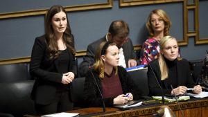 Pääministeri SDP:n Sanna Marin, valtiovarainministeri keskustan Katri Kulmuni ja sisäministeri vihreiden Maria Ohisalo eduskunnan suullisella kyselytunnilla Helsingissä 13. helmikuuta.