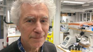 Professori Martin Romantschuk laboratoriossa lähikuva.