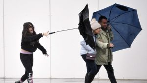 Ihmiset kävelevät tuulisessa myrskysäässä Bournemouthissa.