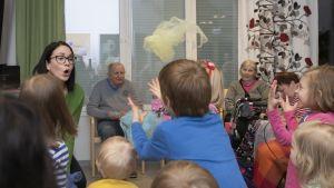 Elämänkaarimuskarissa laulettiin ja leikittiin leikkiä, jossa heitettiin sifonkihuiveja ilmaan.