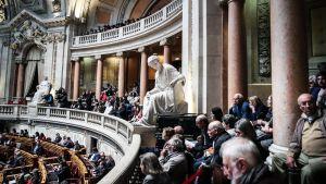 Yleisö seuraa Portugalin parlamentin lehterillä eutanasiaan liittyvää keskustelua ja äänestystä Lissabonissa.