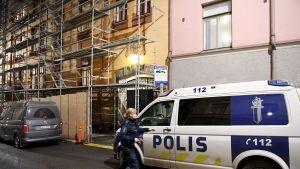 Poliisi kerrostalon edustalla Helsingin Jruununhaassa.