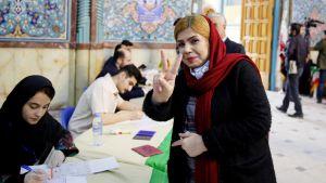 Iranilainen nainen äänestää Teheranissa.