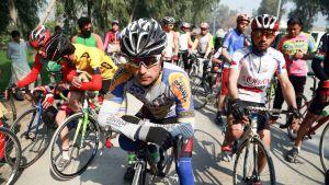 Afganistanilaisia osallistumassa pyöräkilpailuun rauhan puolesta.