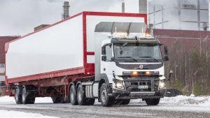 Vuoden loppuun kestävässä testauksessa kuskiton kuorma-auto kuljettaa haketta Uimaharjun sahalta läheiselle sellutehtaalle lukuisia kertoja päivässä.