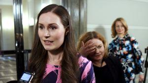 Pääministeri Sanna Marin puhui medialle ennen hallituksen korona-aiheista kokousta eduskunnassa keskiviikkona.