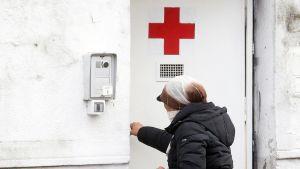 Nainen menossa sotilassairaalaan Milanossa.
