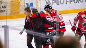 Otto Kivenmäkeä talutetaan pois jäältä.