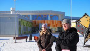 Ekaluokkalaisten vanhemmat Fanni Rutanen ja Henrik Hedberg vastustavat pienten lasten siirtoa toisella puolella kaupunkia sijaitseviin väistötiloihin.
