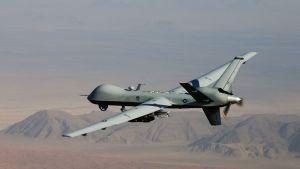 Miehittämätön Yhdysvaltojen sotilaslentokone lentää Afganistanissa.