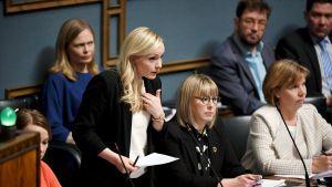 Katri Kulmuni, Maria Ohisalo, Aino-Kaisa Pekonen ja Anna-Maja Henriksson ministeriaitiossa eduskunnan suullisella kyselytunnilla Helsingissä.