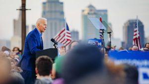 Joe Biden puhujakorokkeella Kansas Cityssä.
