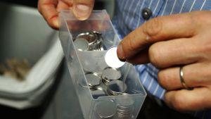 Kuvassa on pyöreitä litiumparistoja.