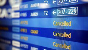 Kuvassa saapuvien ja lähtevien koneiden aikataulunäyttö Helsinki-Vantaan lentokentällä 4. maaliskuuta 2020