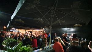 Ihmisiä Gran Canarialla sijaitsevan Iskelmäbaarin terassilla.