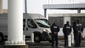 Ranska rajaviranomaisia Eurotunnelin tarkastuspisteellä.
