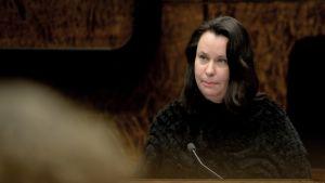 Perustuslakivaliokunnan puheenjohtaja Johanna Ojala-Niemelä tiedotustilaisuudessa valiokunnan kokouksen jälkeen Helsingissä 18. maaliskuuta.