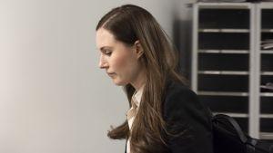 Sanna Marin saapuu Ylen A-studion haastatteluun 18. maaliskuuta.
