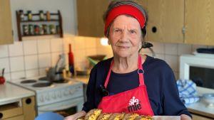 Karjalanpiirakoiden valmistus on Kaarina Karlssonille tapa vaalia perinteitä.